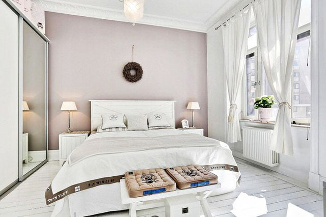 A white Scandinavian-style bedroom is the choice for the brave. Well, you must admit that many of us are frightened by the fact that the white walls will resemble a hospital, quickly get bored or dirty.