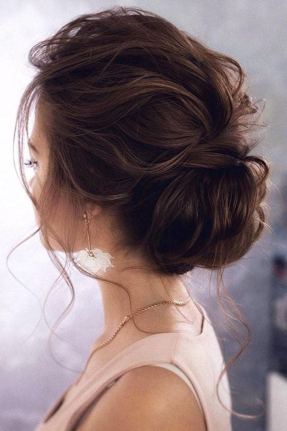 messy elegant low bun wedding hairstyle from Tonyastylist #weddings #weddingupdos #weddinghairstyles #hairstyles #weddingideas